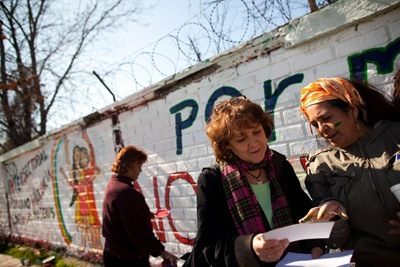 Karen Anderson (center) and community health promoter Amanda Caceres, during a mural painting event for an EPES-led anti-violence campaign in Santiago's El Bosque neighborhood