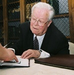 Thomas Weller signing his autobiography in 2004