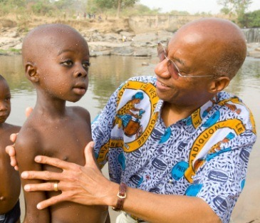 Donald Hopkins examines children in Nasarawa, Nigeria in 2007.