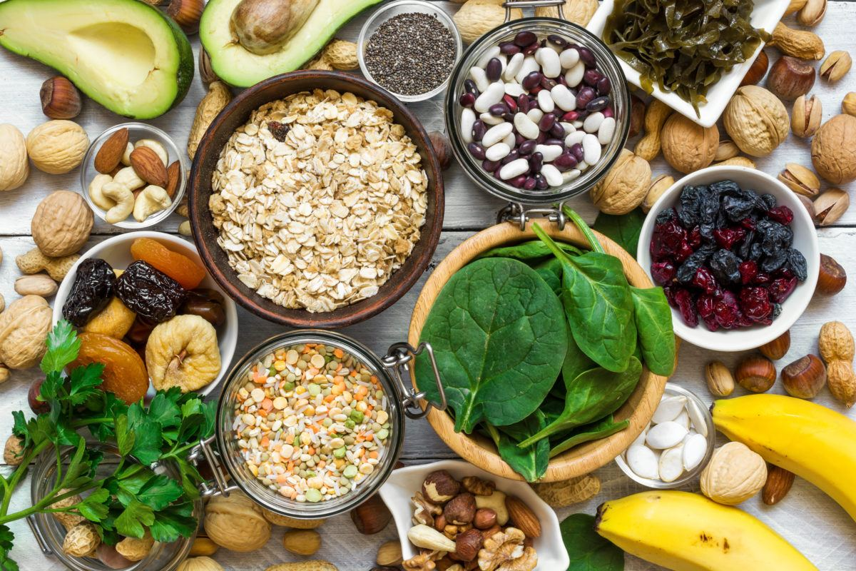 foods containing magnesium including bananas, avocados, a variety of nuts (almonds, pistachios, hazelnuts, peanuts, walnuts, cashews), oats, seeds (including chia seeds, pumpkin seeds), spinach, dried apricots, kelp, lentils, peas, and rice