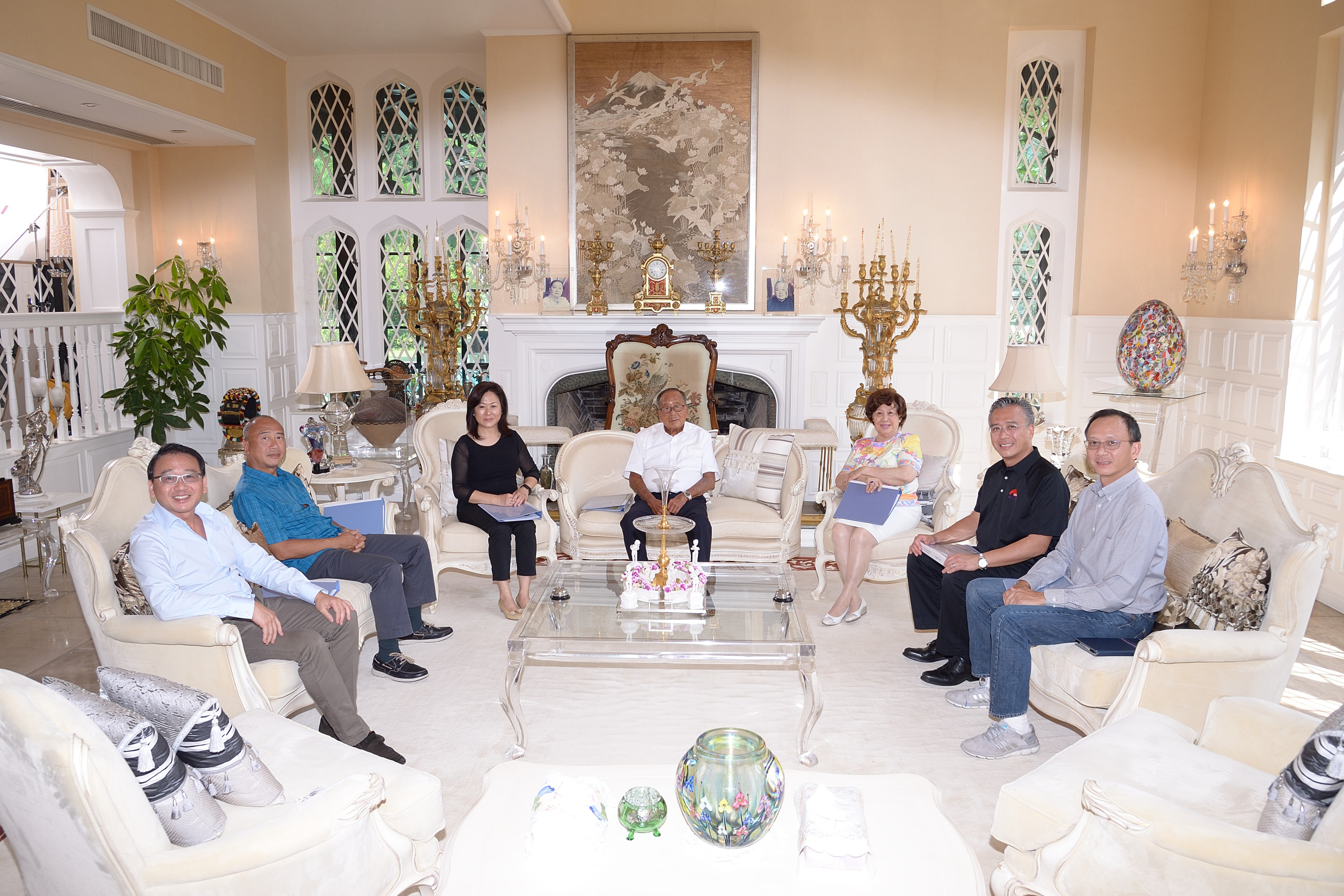 The third and the fourth generations of the Lee Kum Kee Family, from left to right: Mr. David Lee, Mr. Eddy Lee, Mrs. Elizabeth Mok, Mr. Man Tat Lee, Mrs. Man Tat Lee, Mr. Charlie Lee, Mr. Sammy Lee