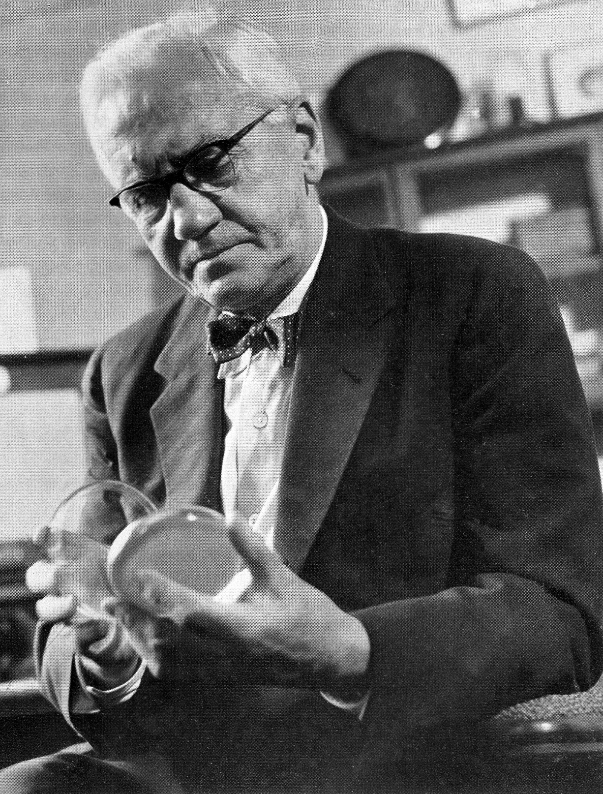 Black and white photo of Alexander Fleming
