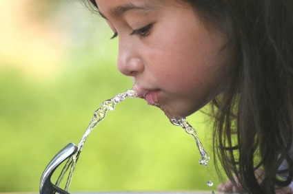 girl_drinking_fountain_000001809540xsmall-1